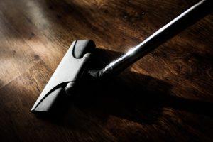 床ワックスがけする前に掃除をしてあらかじめ汚れなどを除去する